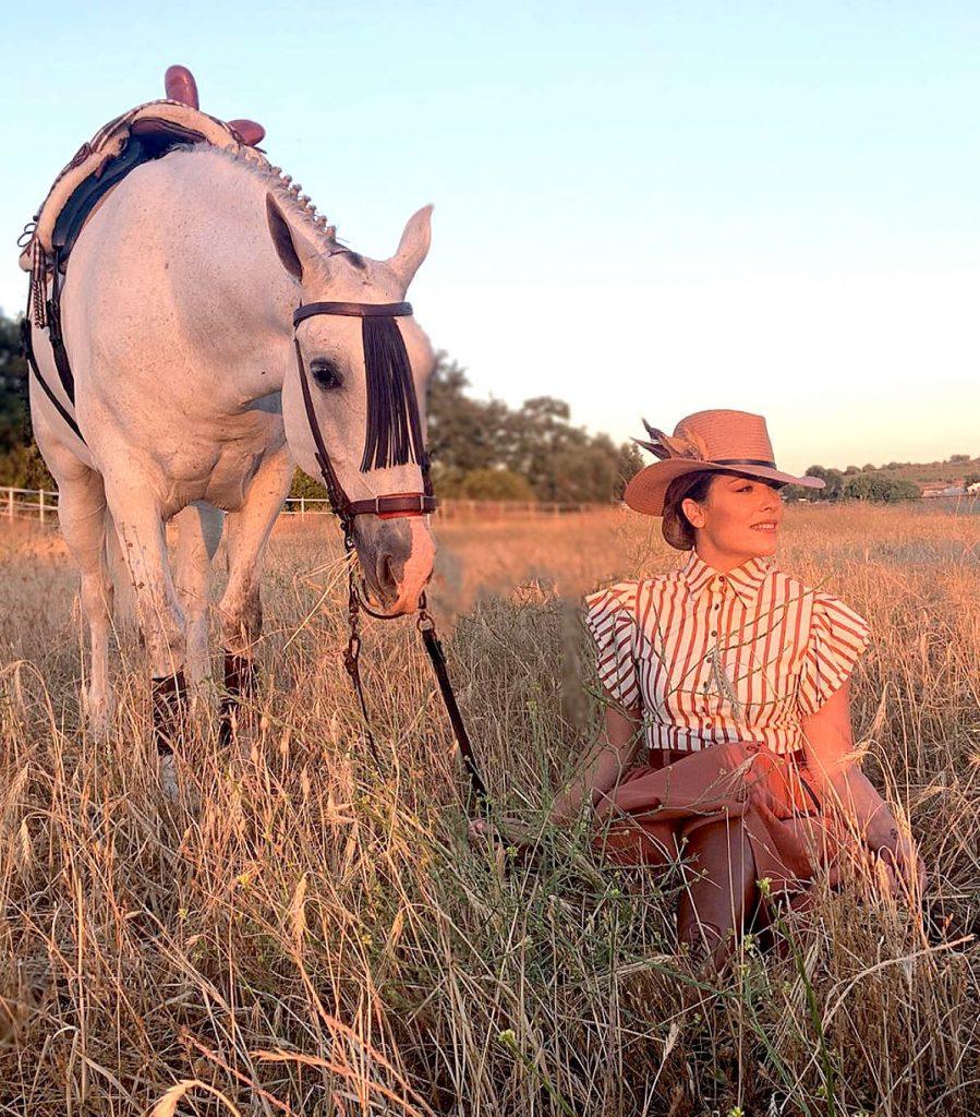 chica junto a caballo en el campo